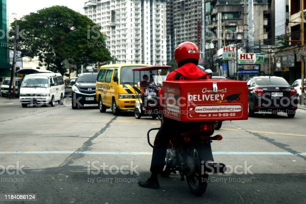 Motorcycle food delivery rider wait for the traffic light to turn at picture id1184086124?b=1&k=6&m=1184086124&s=612x612&h=pyxaxhwdir qafckns13q o2ohlglyofot1xbc7icny=
