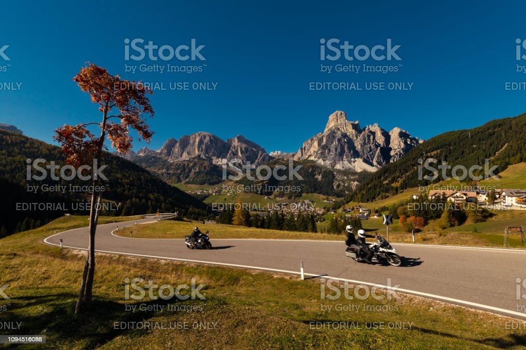 Motorrad im Herbst auf einer Passstrasse mit blauem Himmel – Foto