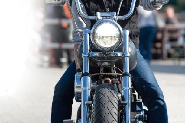 Motorrad fährt mit Licht – Foto