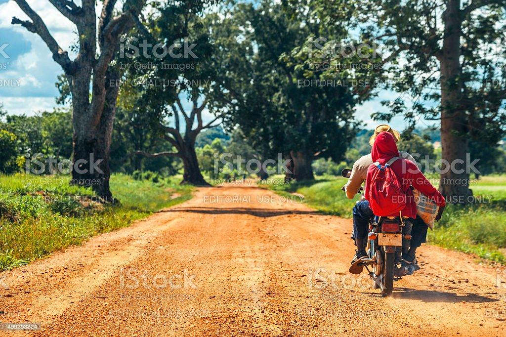 Biker fahren auf ländliche Benin, Westafrika. – Foto