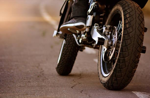 摩托車與自行車在瀝青路上。摩托車旅行概念。 - 電單車 個照片及圖片檔