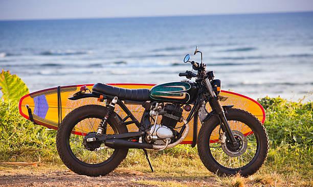 Motocicleta al aire libre con tabla de surf - foto de stock