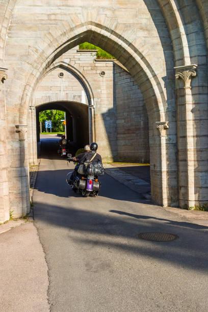 motorcyklar som kör in i en archway - tunnel trafik sverige bildbanksfoton och bilder