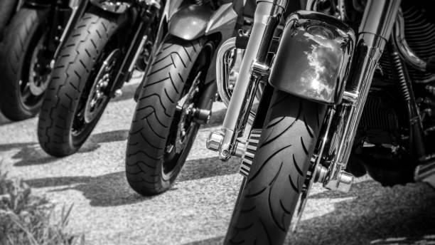 Motocyclettes garées - roues avant - Photo