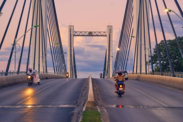 Motorrad Reisen in der Dämmerung auf der Brücke Sérgio Mota de Cuiabá. – Foto