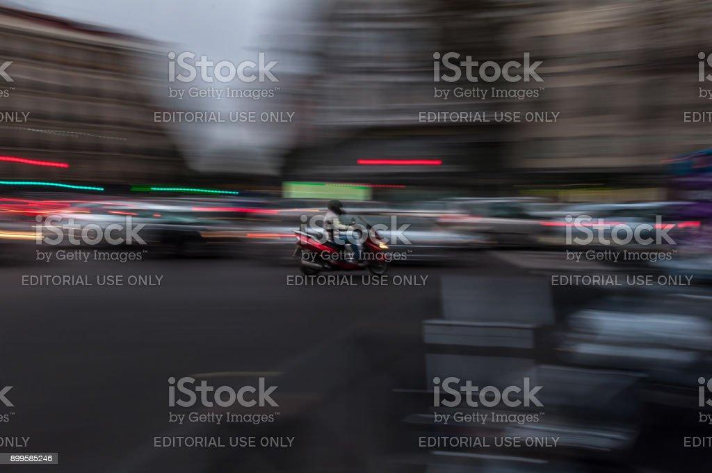 Motociclista moviéndose rápidamente a través de la ciudad - foto de stock