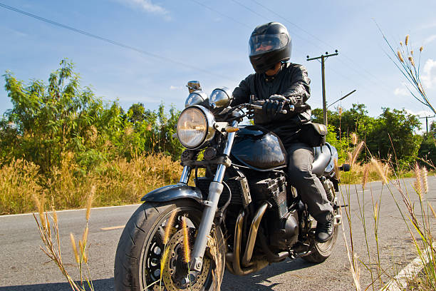 motociclista su strada asfaltata. - montare foto e immagini stock
