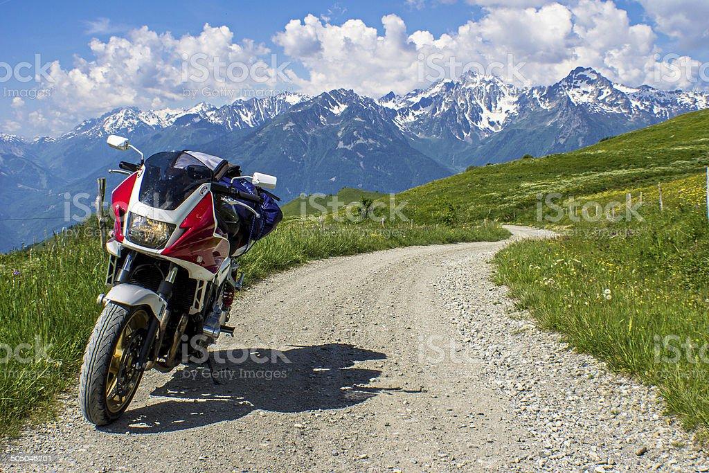 Motorrad auf Schotterstrasse stock photo