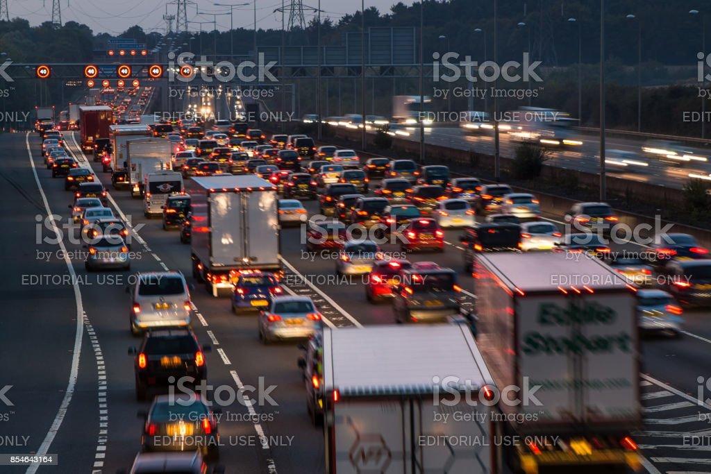 Autobahn M1 in der Abenddämmerung – Foto