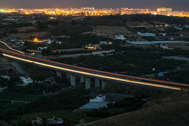 Cтоковое фото По автомагистрали мост в ночное время