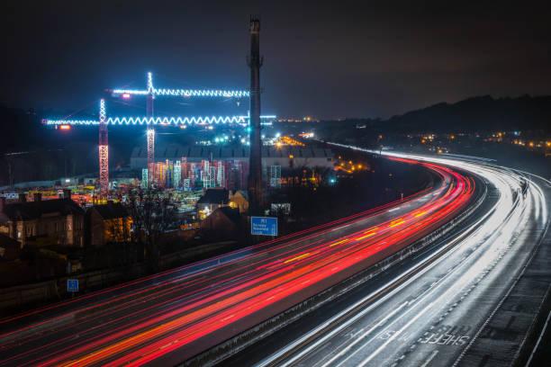 m1 autobahn in sheffield, langzeitbelichtung bei nacht - sheffield stock-fotos und bilder