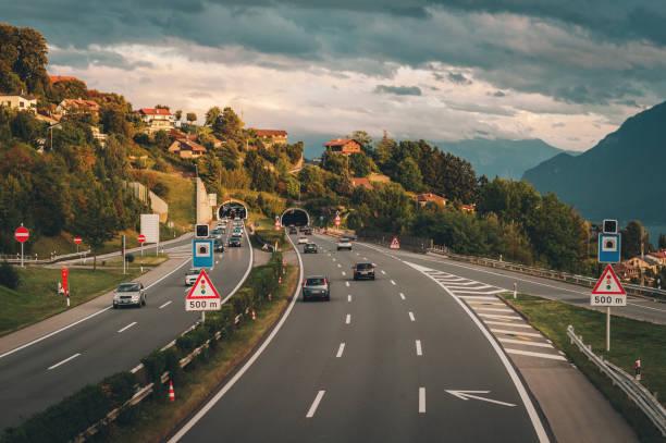 Autobahn in der Schweiz, Straße mit Tunnel neben dem Genfer See – Foto