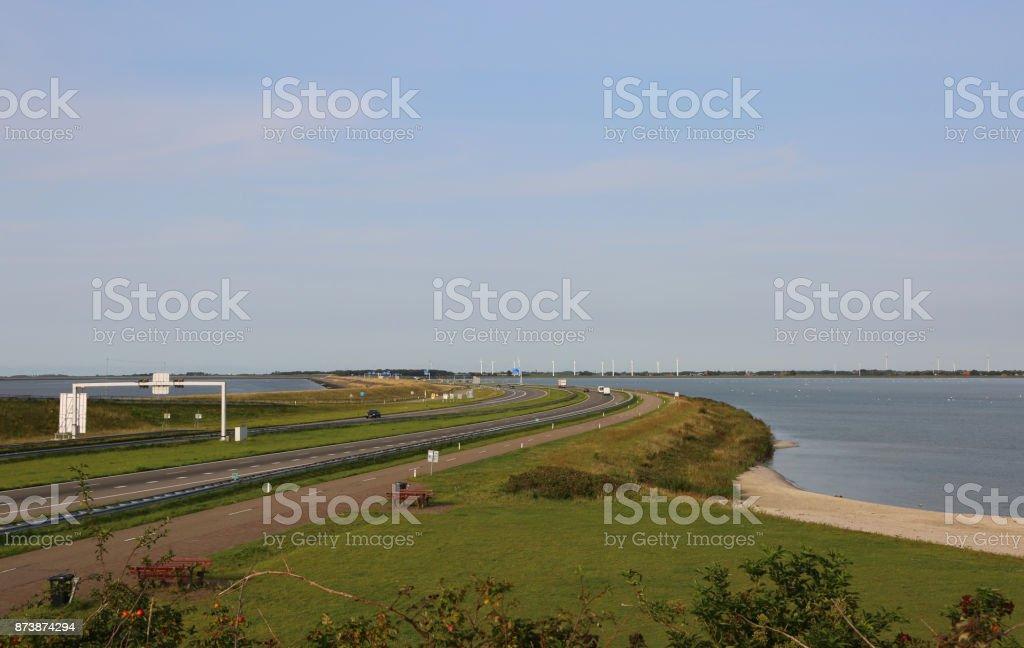 snelweg in het midden van een dam in Nederland foto