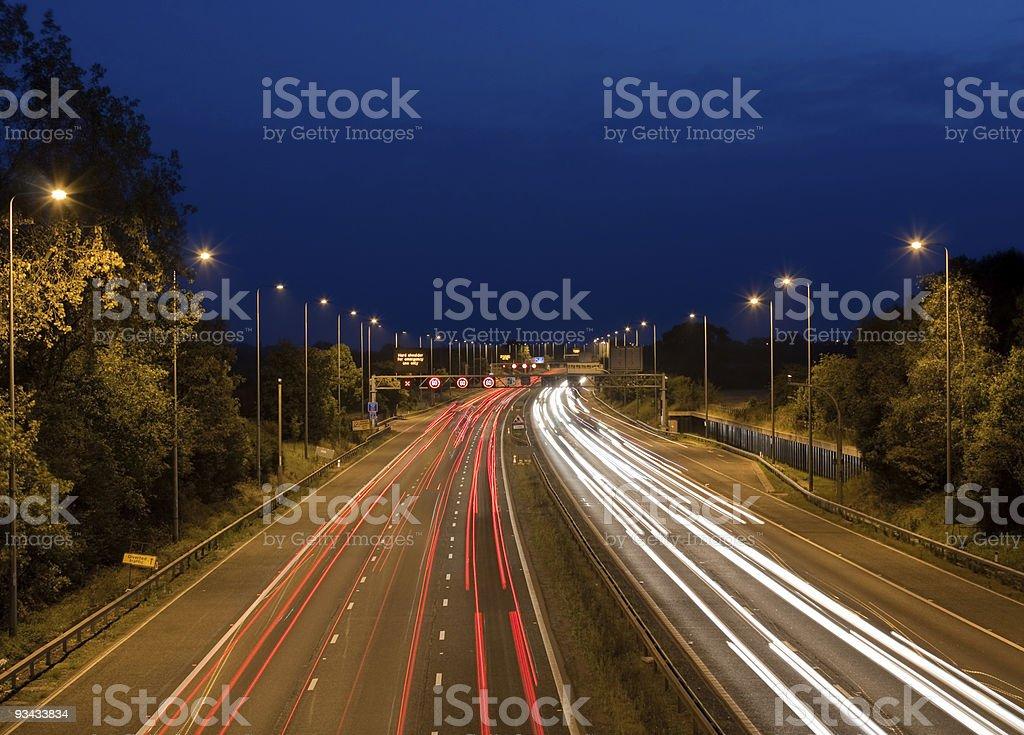Autobahn-Verkehr in der Nacht Lizenzfreies stock-foto
