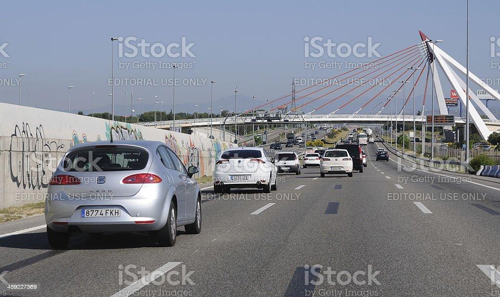 Tráfico de la autopista cerca de Madrid - Foto de stock de Asfalto libre de derechos