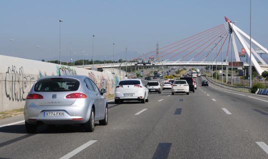 Tráfico De La Autopista Cerca De Madrid Foto de stock y más banco de imágenes de Asfalto
