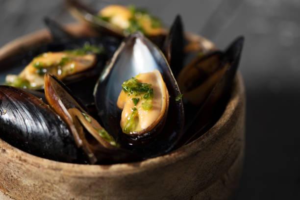 moules mariniere, une recette français de moules - moules photos et images de collection