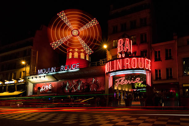 moulin rouge à paris, en france, de nuit - cabaret photos et images de collection