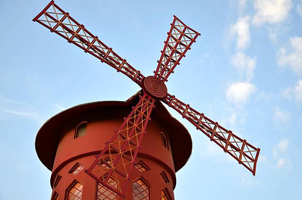 Moulin Rouge, uno de los más populares atracciones turísticas - foto de stock