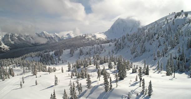 vue aérienne de mount baker ski area - mont baker photos et images de collection