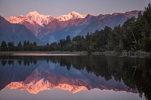 mount cook du lac matheson nouvelle-zélande - lac mirror lake photos et images de collection
