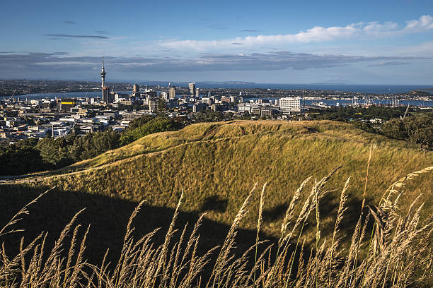 mount eden volcanic crater - nzgmw2017 stock pictures, royalty-free photos & images