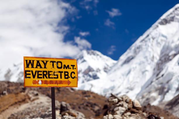mount everest wegweiser, reisen ins basislager - nepal tibet stock-fotos und bilder