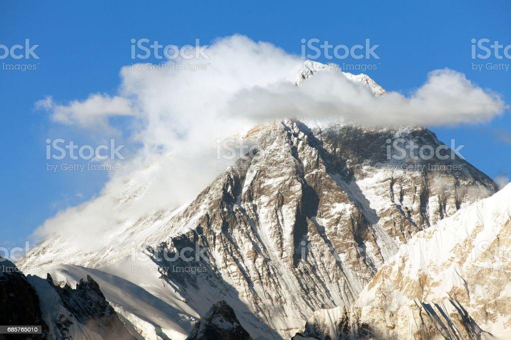 mount Everest with beautiful clouds zbiór zdjęć royalty-free