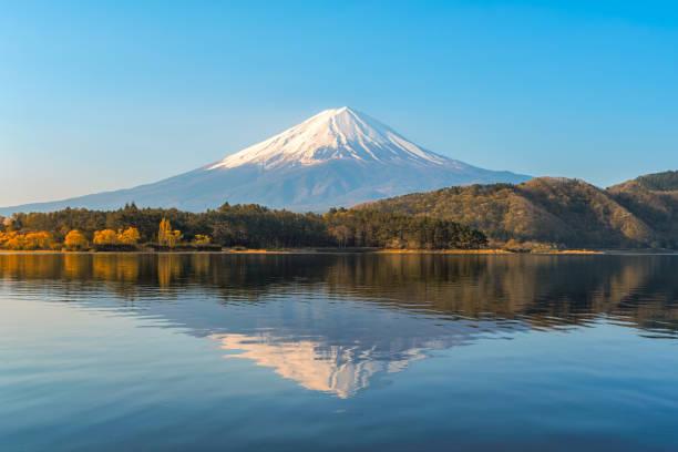 朝晩秋のカラフルな赤いカエデの葉で日の出と河口湖で、富士山。 - 富士山 ストックフォトと画像