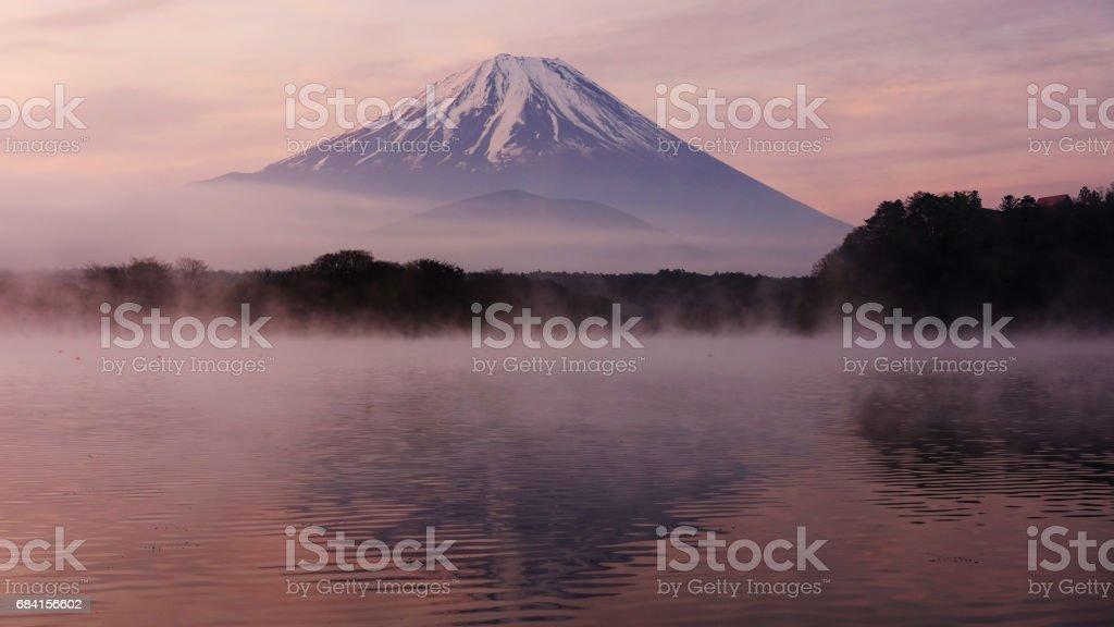 Mount Fuji from Lake Shoji Shojiko at dawn with twilgiht sky foto stock royalty-free