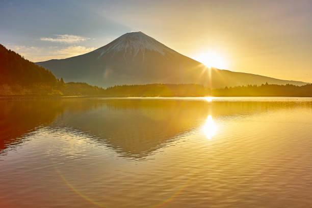 朝焼けの富士山 - 朝日 ストックフォトと画像