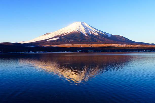 富士山、クリア青い空朝 - yamanaka lake ストックフォトと画像