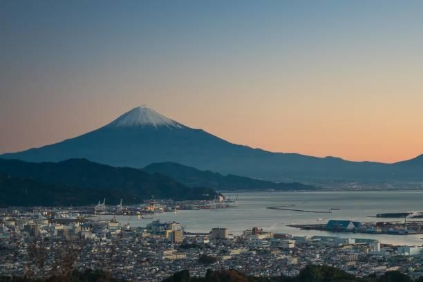 日の出と市内のビーチとマウント富士 - yamanaka lake ストックフォトと画像