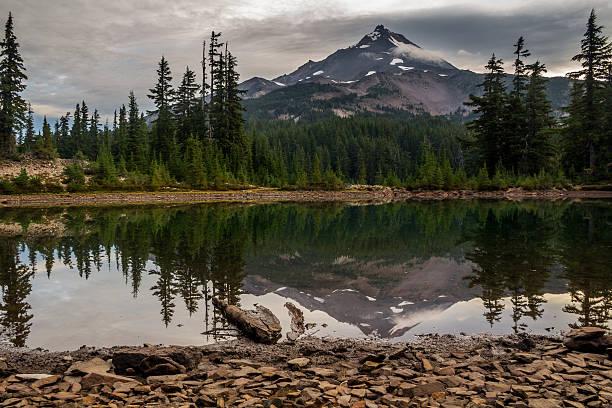 berg mount jefferson, oregon, reflexion in shale lake - pacific crest trail stock-fotos und bilder