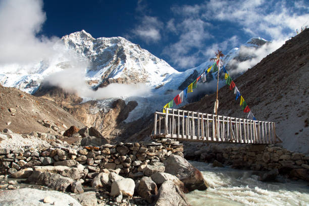 mount makalu mit wolken, vooden brücke und fluss - nepal tibet stock-fotos und bilder