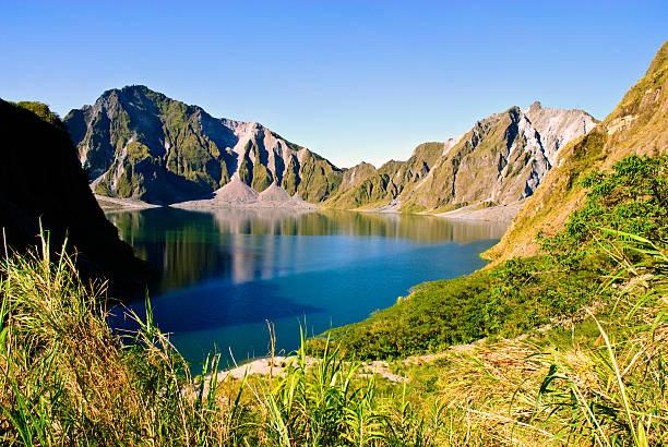 mount pinatubo crater lake - vulkaanlandschap stockfoto's en -beelden