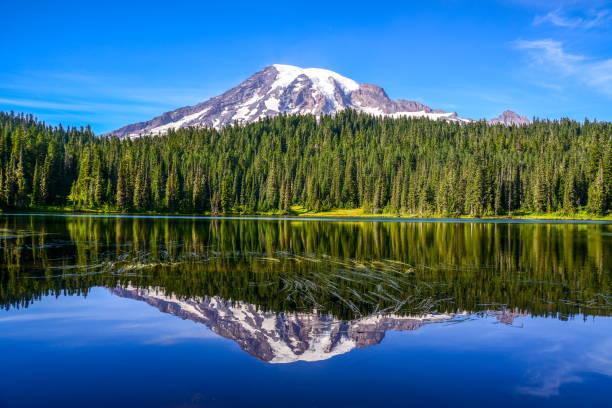 Monte Rainier e reflexão lago, Washington-EUA - foto de acervo