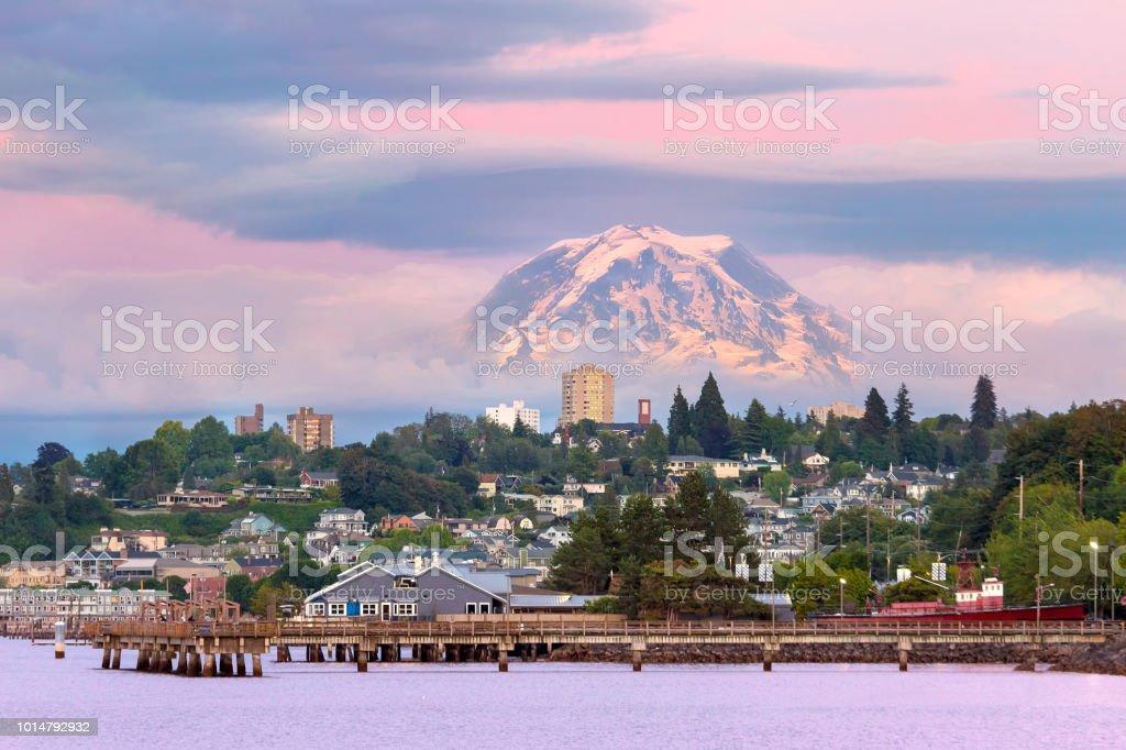 Mount Rainier in Tacoma WA Wasser abends Sonnenuntergang Alpenglühen – Foto