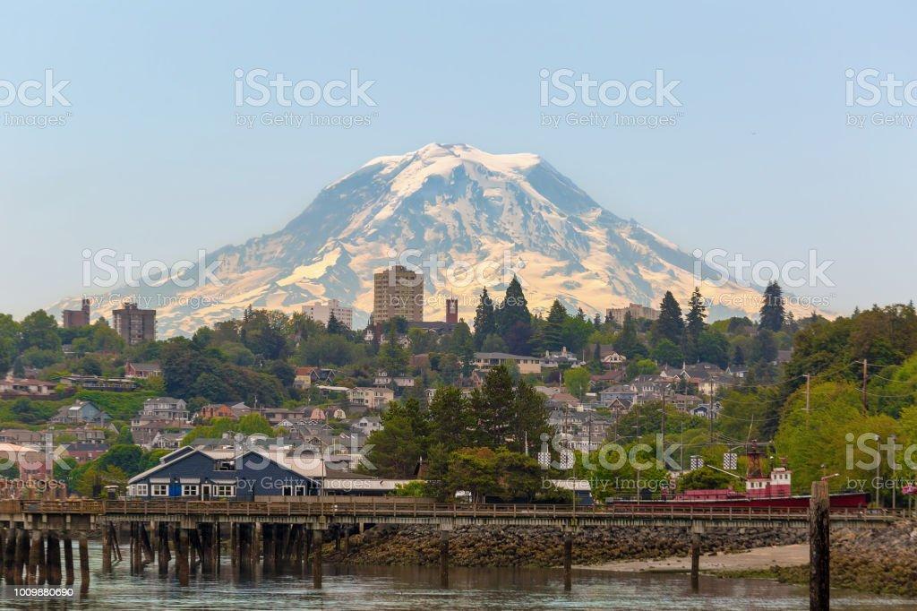 Mount Rainier über die Stadt Tacoma WA Wasser an einem sonnigen Tag klarer blauer Himmel – Foto