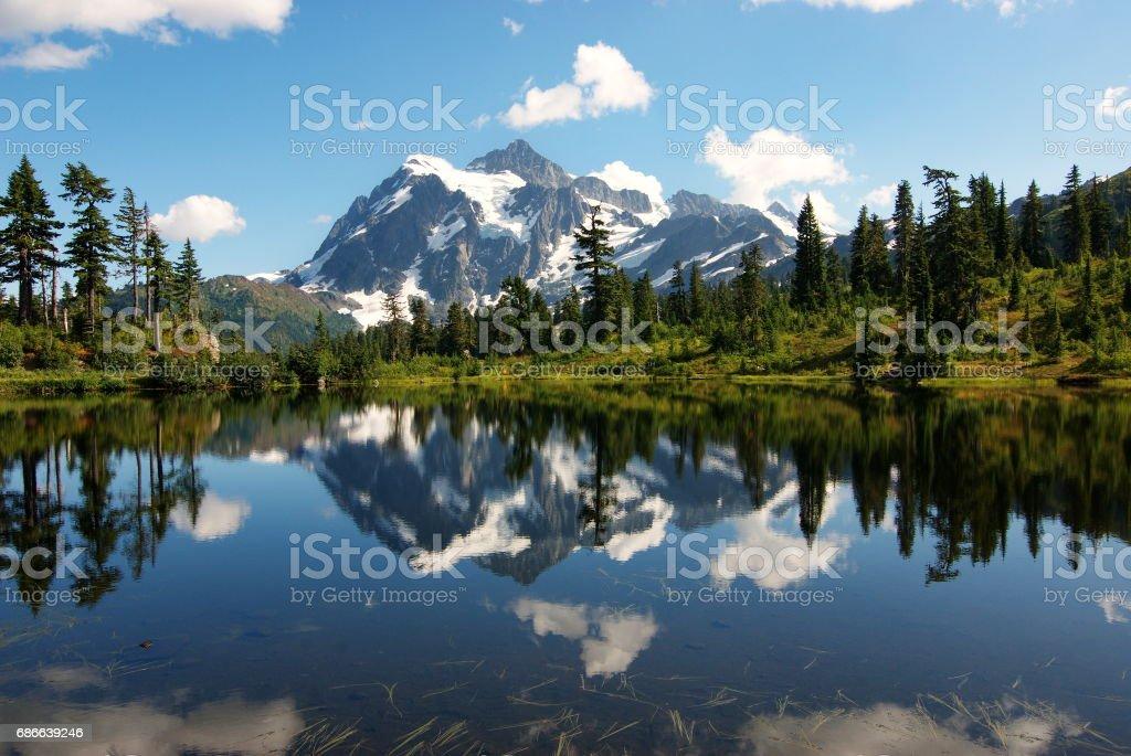 Mount Shuksan reflection at Picture Lake, Washington, USA Стоковые фото Стоковая фотография