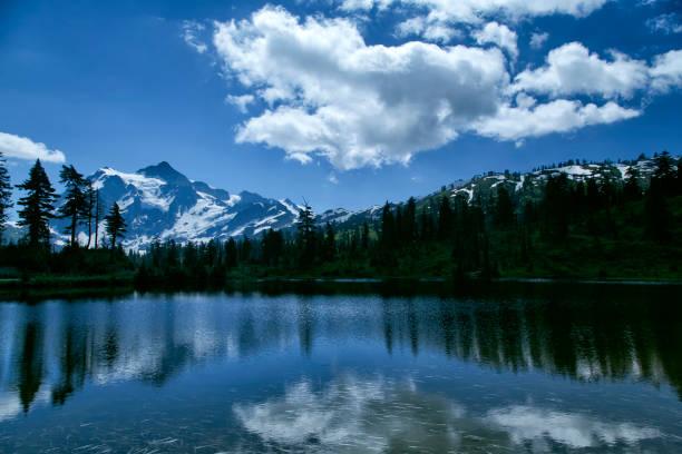 Reflexões de Monte Shuksan no verão, Washington, EUA - foto de acervo