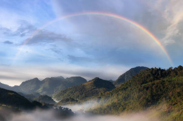有彩虹的山和霧。 - 彩虹 個照片及圖片檔