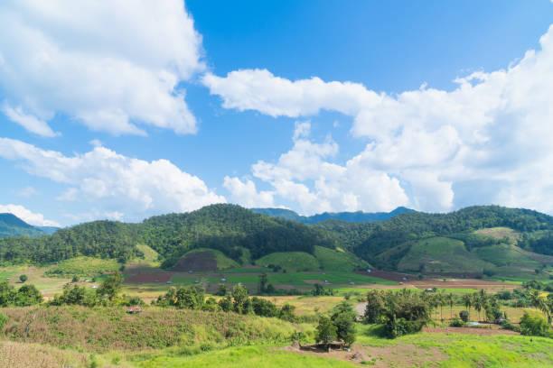 Berg und Himmel in der Sommersaison – Foto
