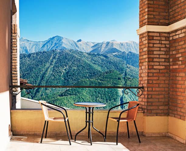 gebirgshintergrund - hotel alpenblick stock-fotos und bilder