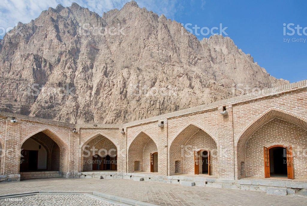Mountain behind the walls of persian caravanserai - Royalty-free 2015 Stockfoto