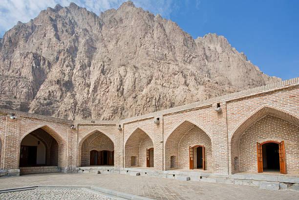 mountain behind the walls of persian caravanserai - karavanserai stockfoto's en -beelden