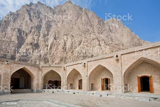 Mountain Behind The Walls Of Persian Caravanserai Stockfoto en meer beelden van 2015