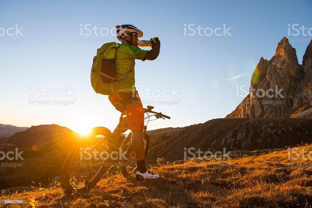 Mountainbike-Athleten trinken Energy-drink – Foto