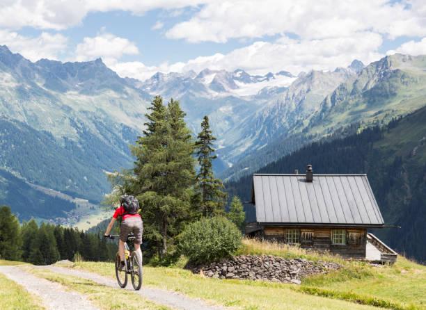 Mountainbike downhill at scenic Graubünden Mountains, Switzerland. – Foto