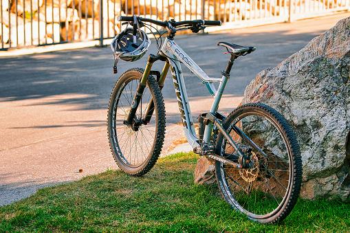 Mountain Bike In The Street Ch - zdjęcia stockowe i więcej obrazów Bez ludzi